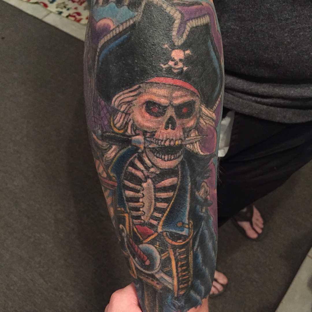 A imagem de um pirata no antebraço cara