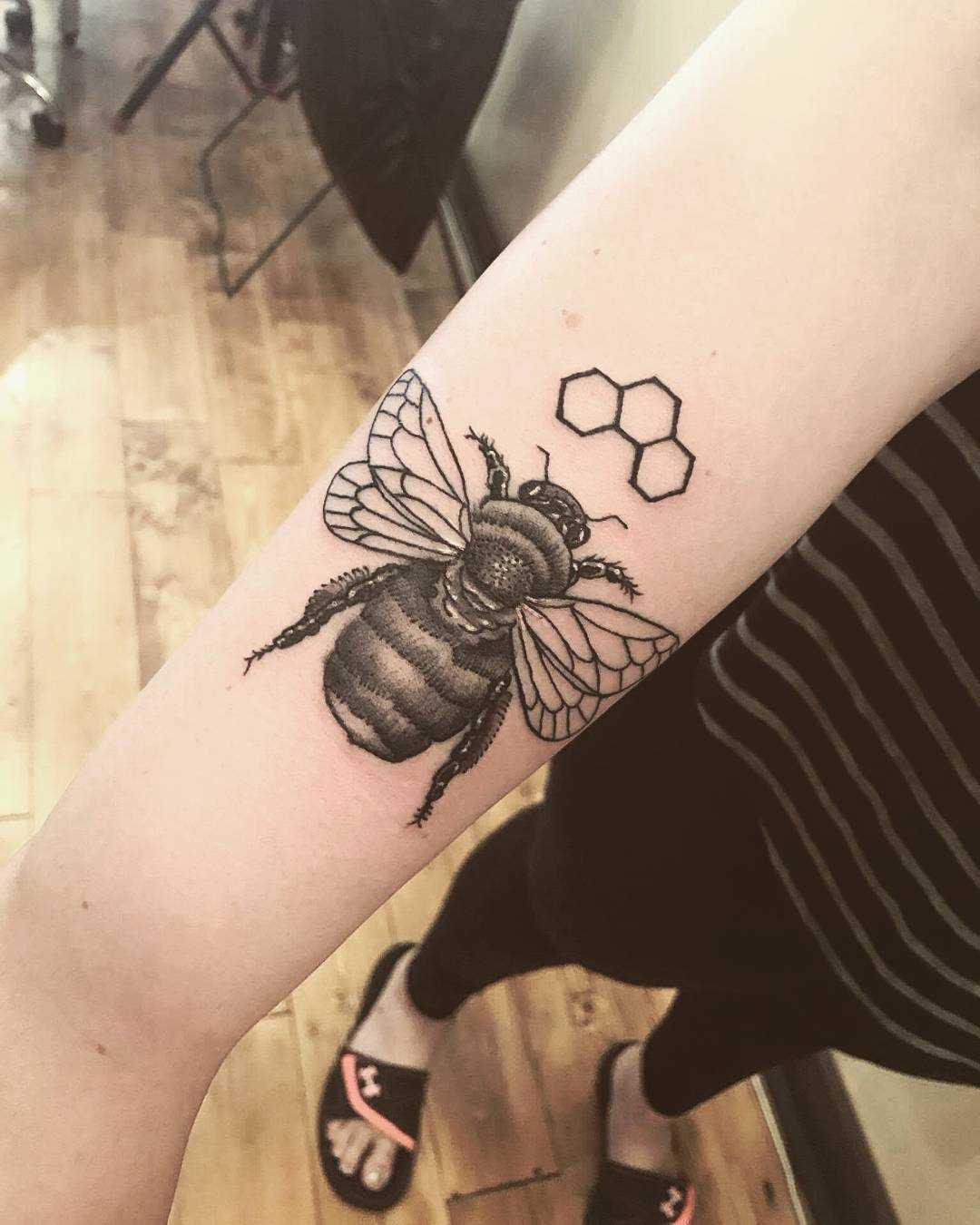 A imagem de uma abelha na mão da menina