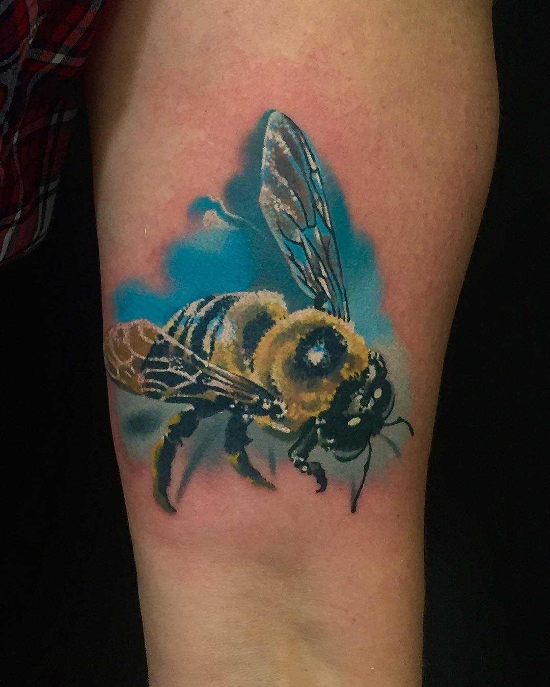 A imagem de uma abelha na mão da mulher