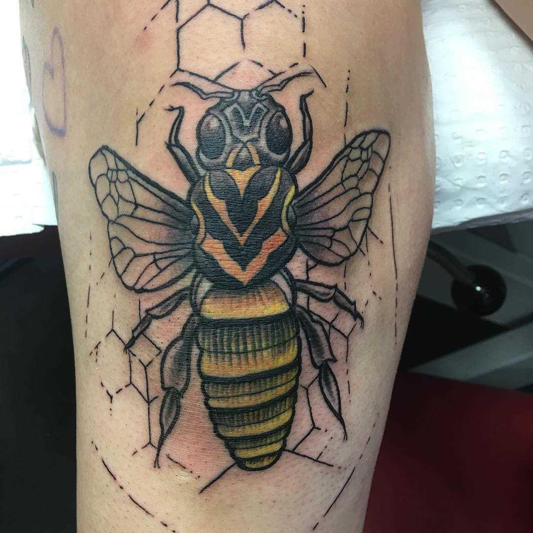A imagem de uma abelha sobre a perna da menina