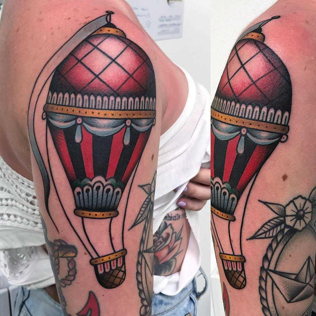 A imagem do balão de ar no ombro da mulher
