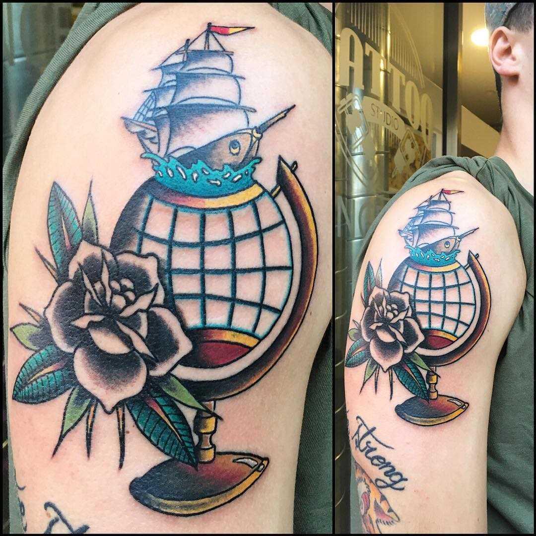 A imagem do globo com flores no ombro do cara