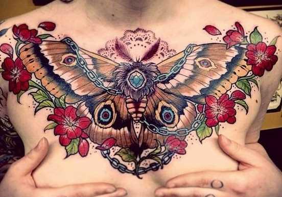 A imagem do inseto com flores no peito da menina