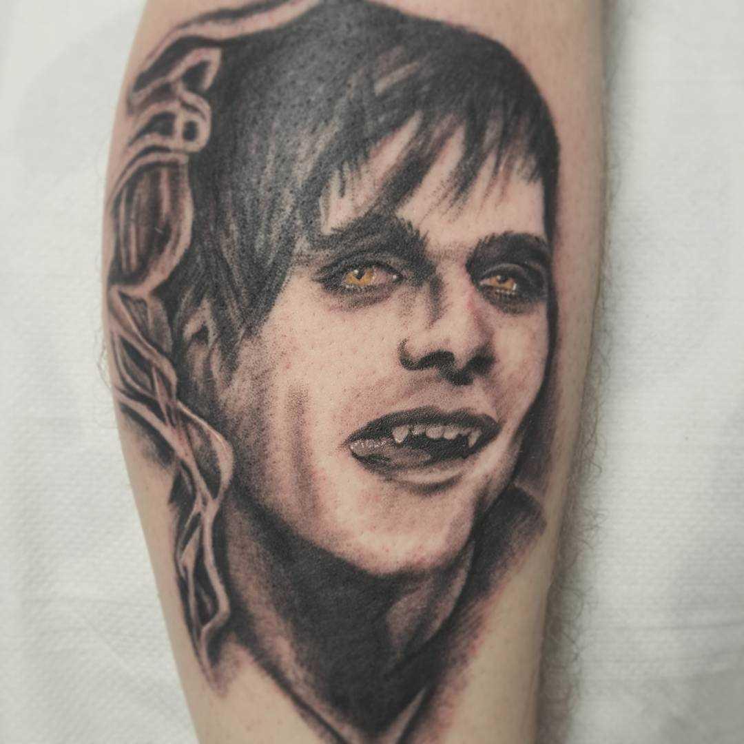 A imagem do vampiro sobre a perna de um cara