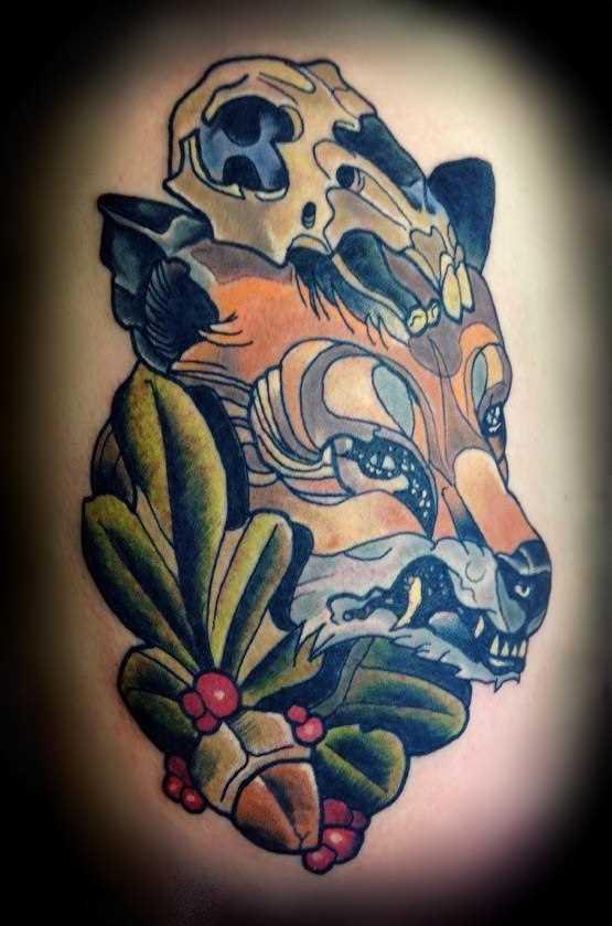 A raposa e o crânio tatuagem no quadril feminino