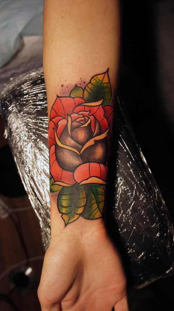 A rosa do antebraço meninas - tattoo na cor