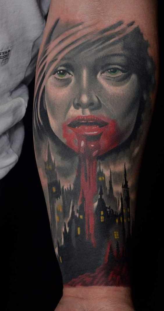 A tatuagem vampiro em antebraço cara
