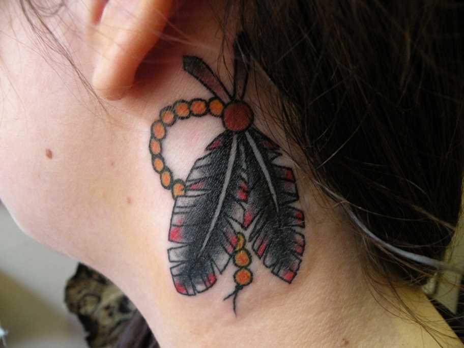 A tatuagem atrás da orelha, no pescoço da menina - penas