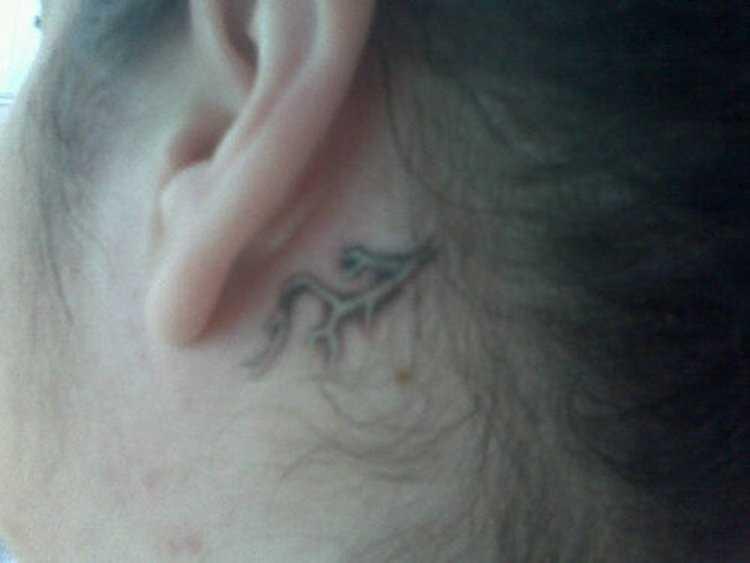 A tatuagem atrás da orelha, no pescoço da menina - relâmpago