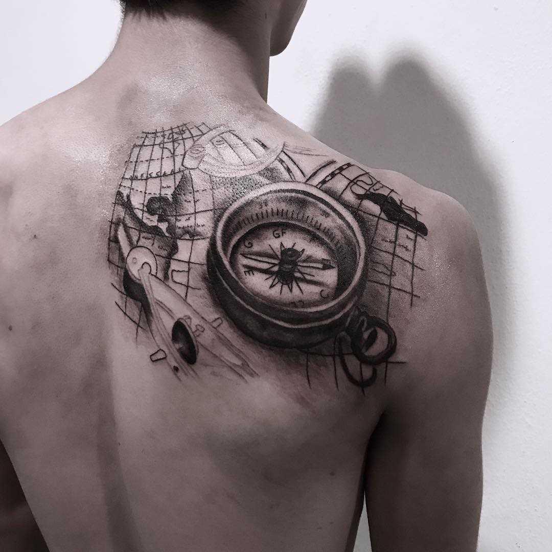 A tatuagem compasso com cartão blade cara