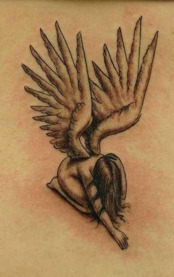 A tatuagem da coluna vertebral, a menina - anjo
