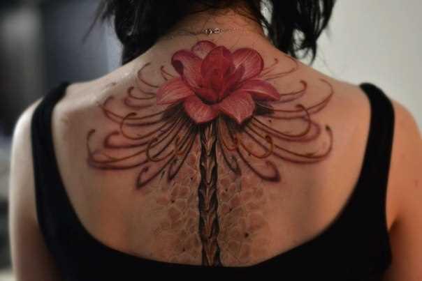 A tatuagem da coluna vertebral, menina - flor