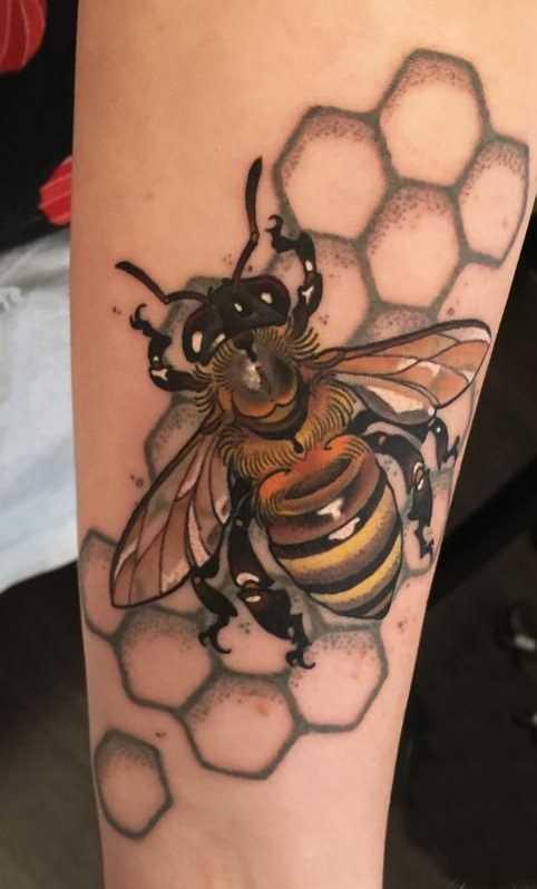 A tatuagem de abelhas no antebraço da menina
