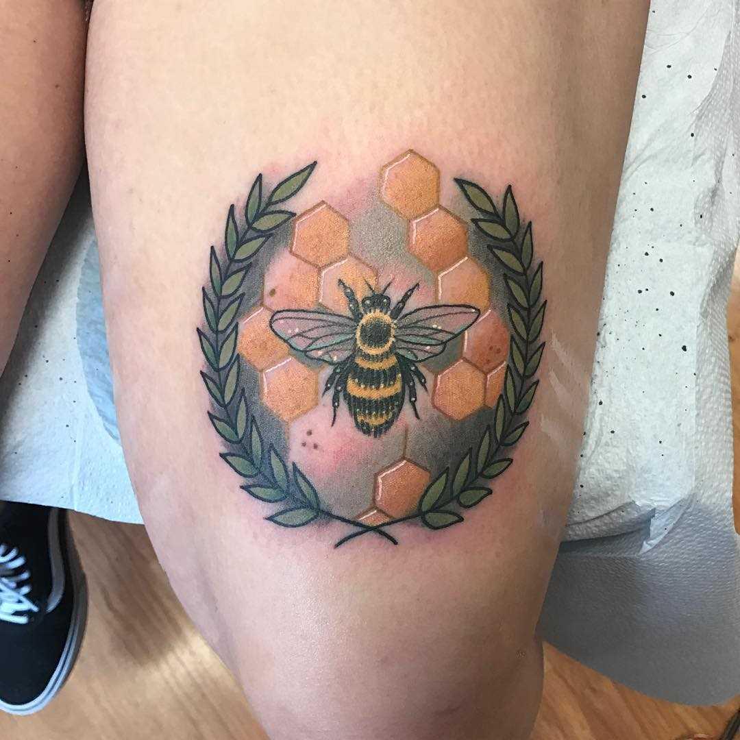 A tatuagem de abelhas no quadril da menina