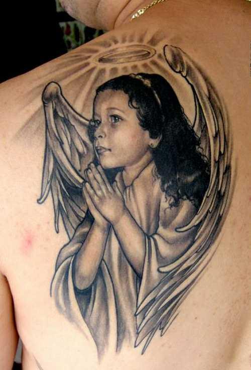 A tatuagem de blade o cara - de- anjo em forma de rezando meninas