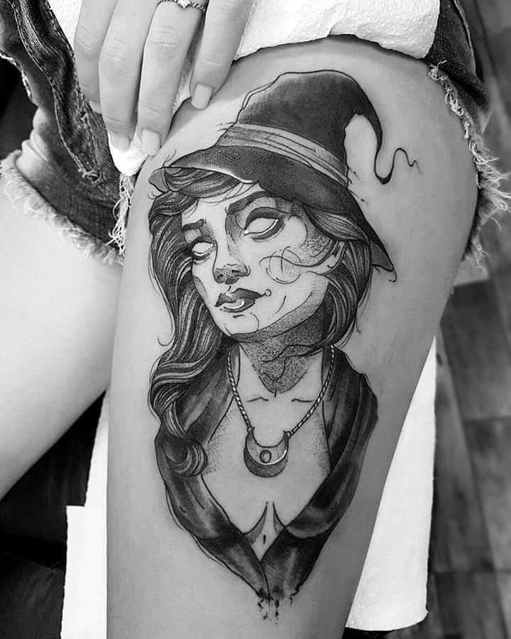 A tatuagem de bruxa no quadril da mulher