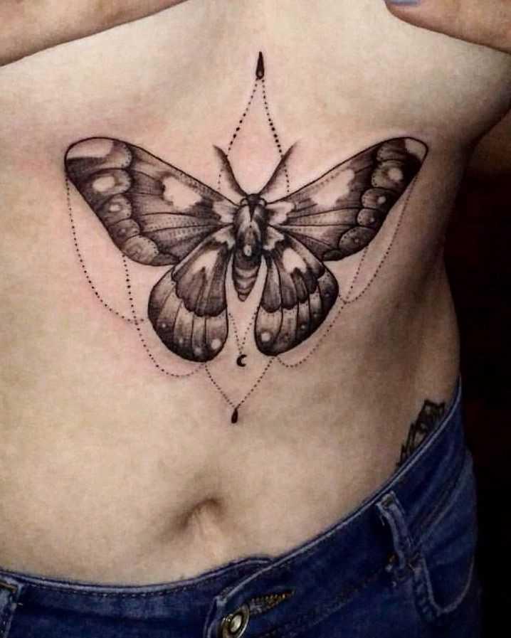 A tatuagem de inseto na barriga da menina