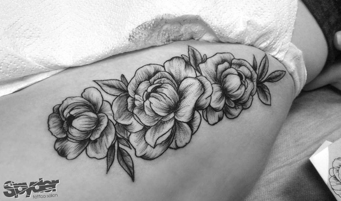 A tatuagem de rosa ao lado da menina