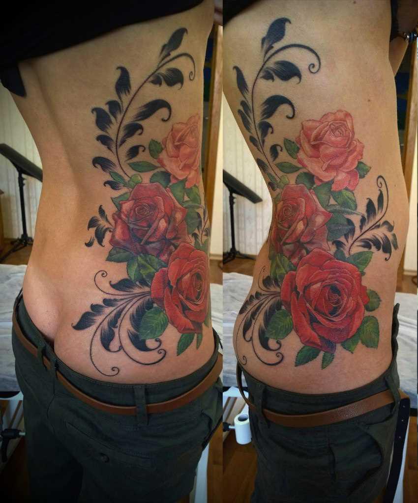 A tatuagem de rosa com padrões feminino torso