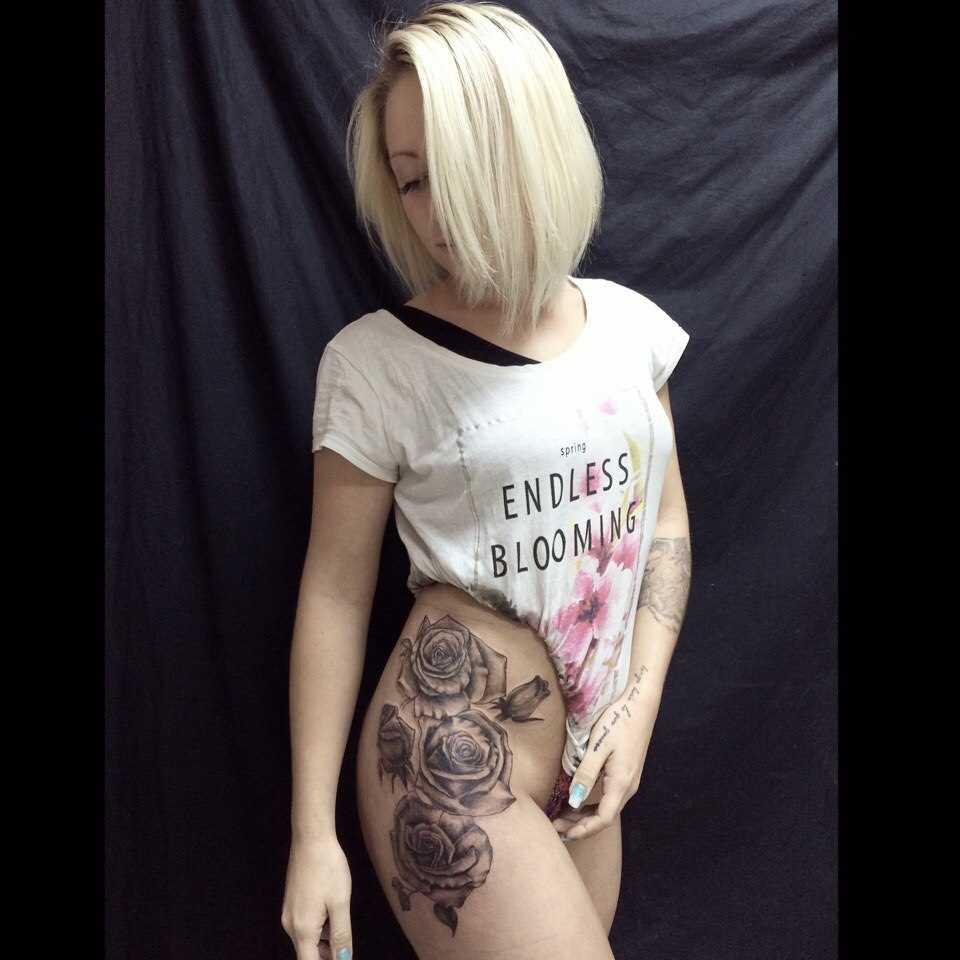 A tatuagem de rosa nas coxas da menina