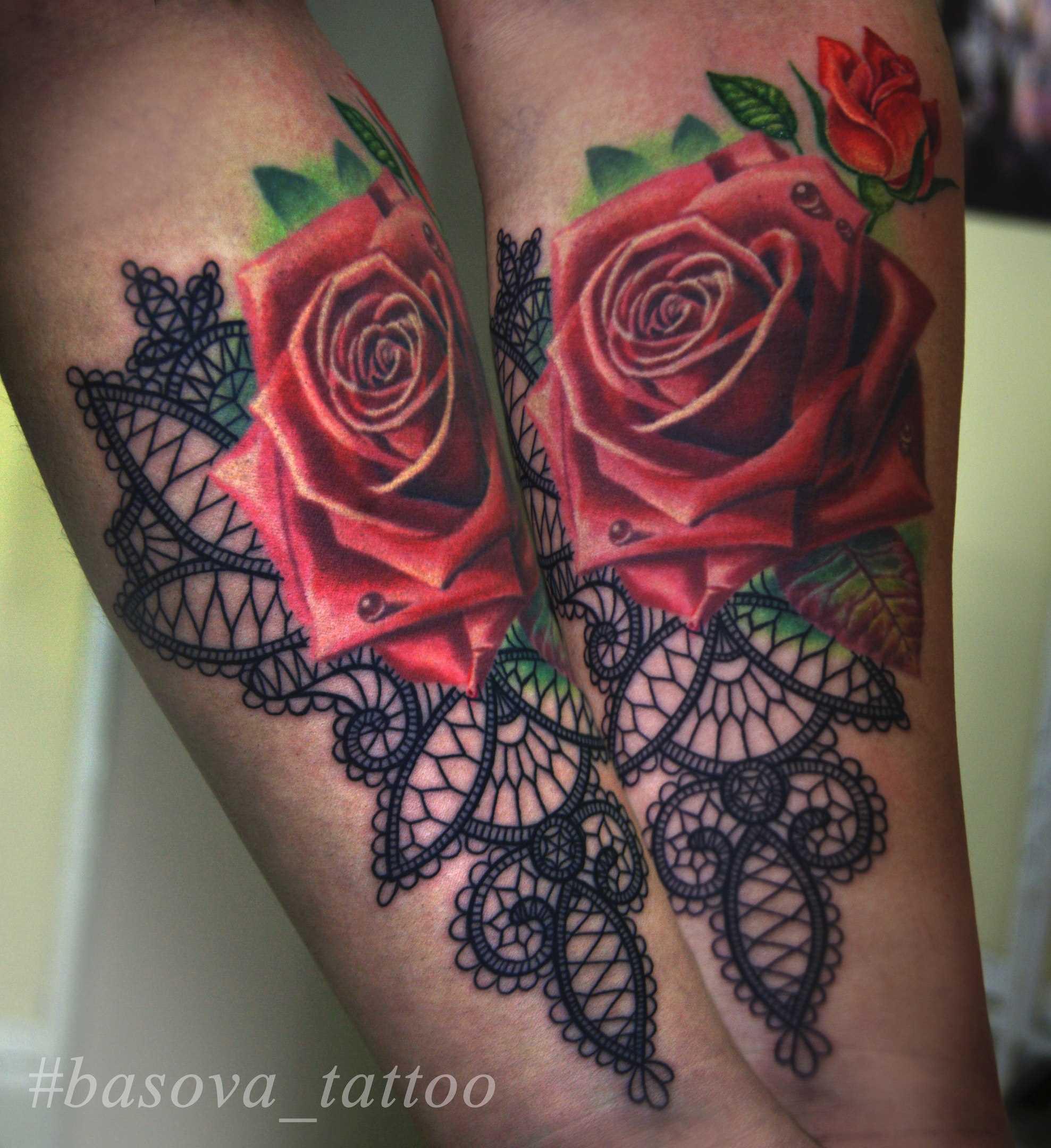 A tatuagem de rosas vermelhas e laço no antebraço da menina