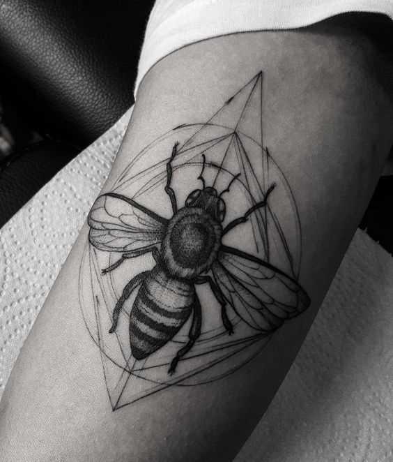 A tatuagem de uma abelha na mão de um cara
