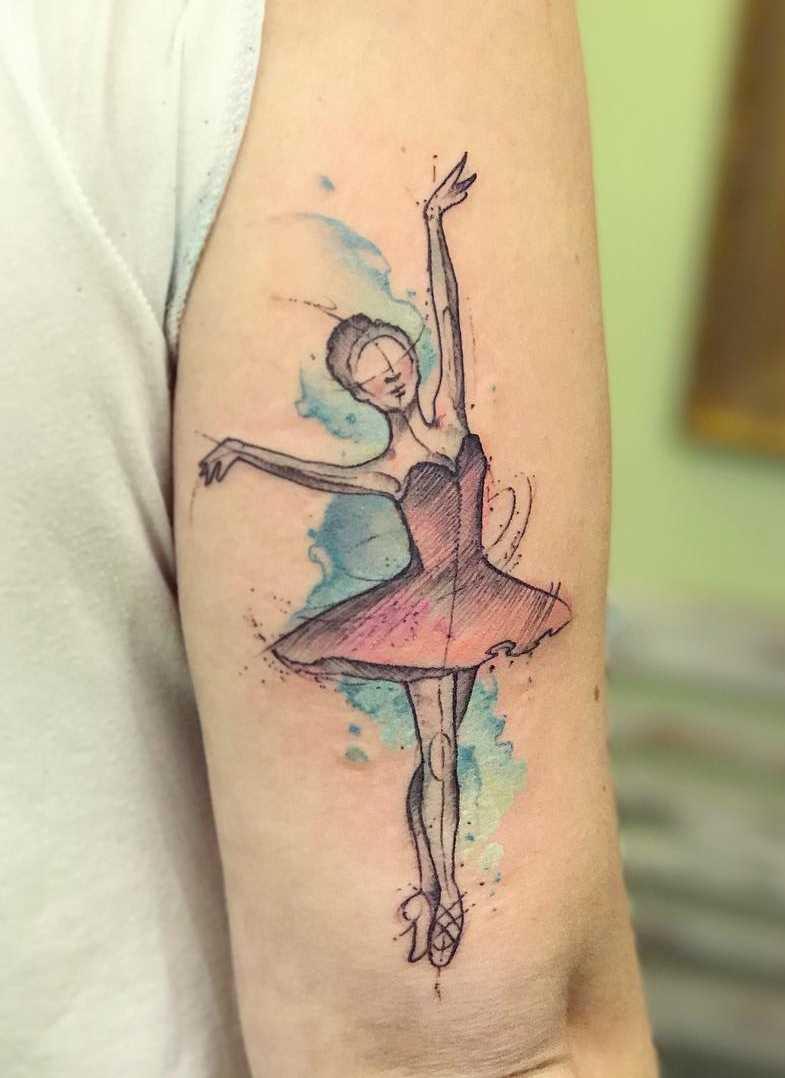A tatuagem de uma bailarina na mão de homens