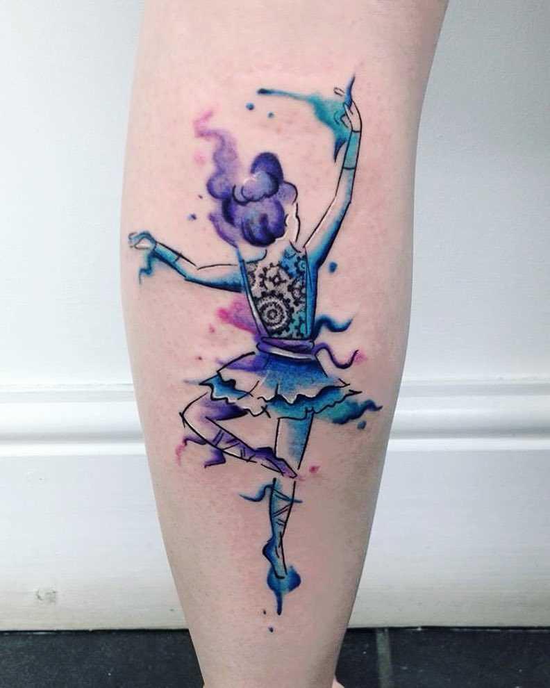 A tatuagem de uma bailarina sobre a perna da menina