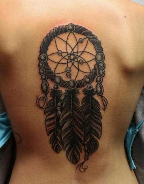 A tatuagem de uma menina de costas na forma de um apanhador de sonhos