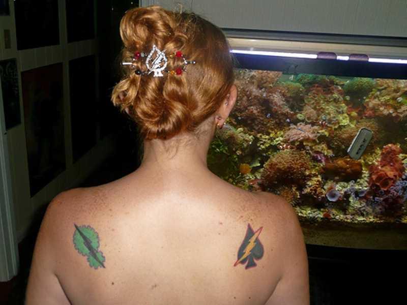 A tatuagem de uma menina em lâminas de correr