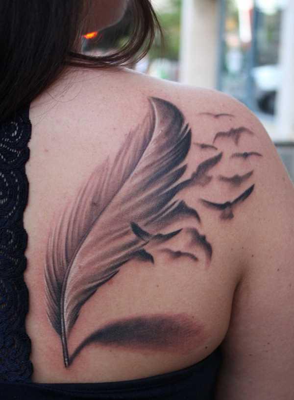 A tatuagem de uma menina em uma lâmina em forma de caneta e aves