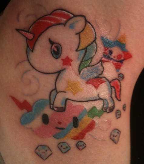 A tatuagem de uma menina na barriga - a pequena unicórnio