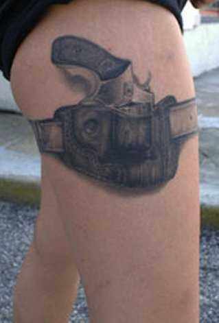 A tatuagem de uma menina na cintura uma arma e uma cinta