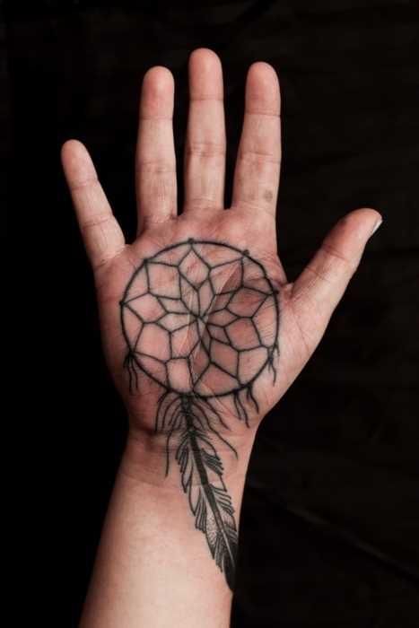 A tatuagem de uma menina na escova - apanhador de sonhos