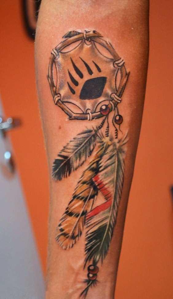 A tatuagem de uma menina no antebraço - armadilha para os sonhos
