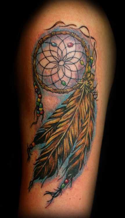 A tatuagem de uma menina no ombro - apanhador de sonhos