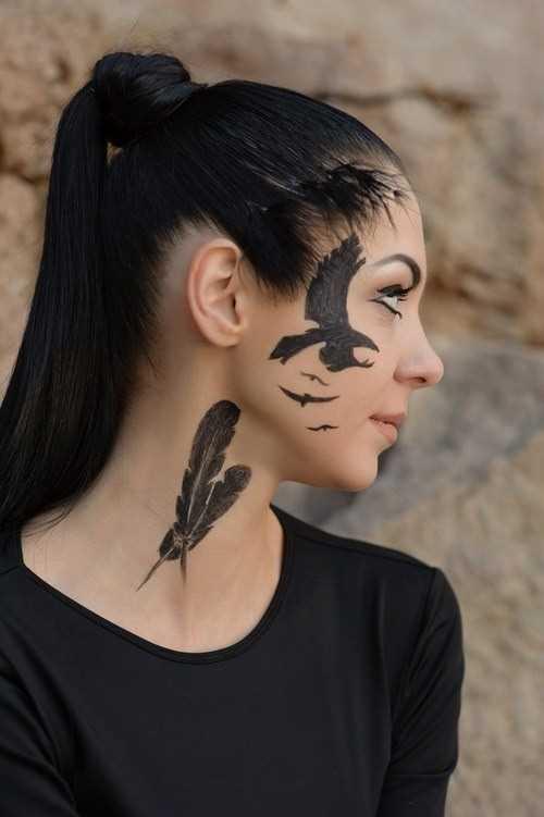 A tatuagem de uma menina no pescoço em forma de duas penas