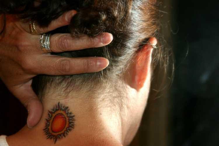 A tatuagem de uma menina no pescoço - sol