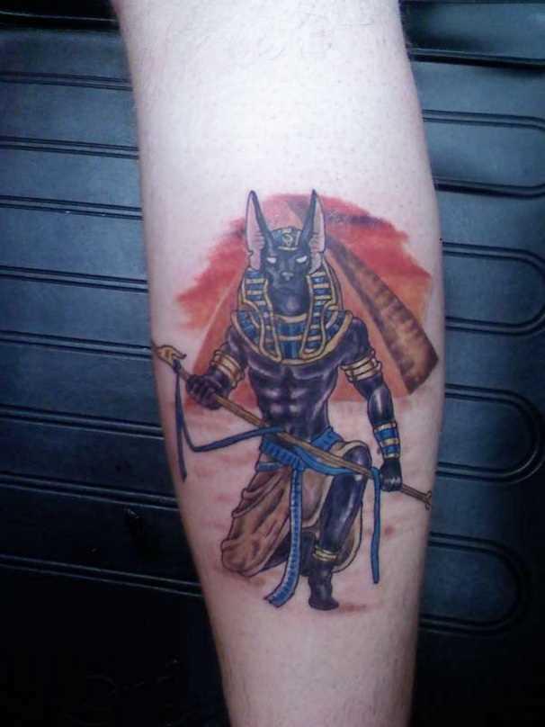 A tatuagem de uma menina sobre a perna - of anubis