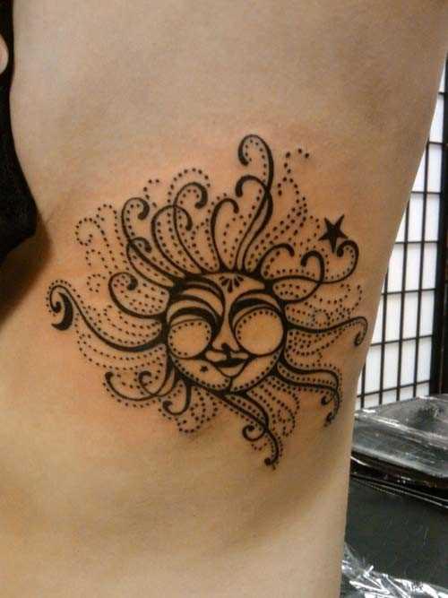 A tatuagem de uma menina sobre as costelas - smeiushcheesia sol
