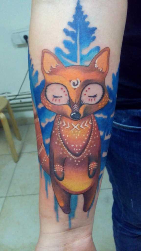 A tatuagem de uma raposa no antebraço da menina