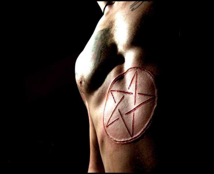 A tatuagem do cara na barriga - pentagrama