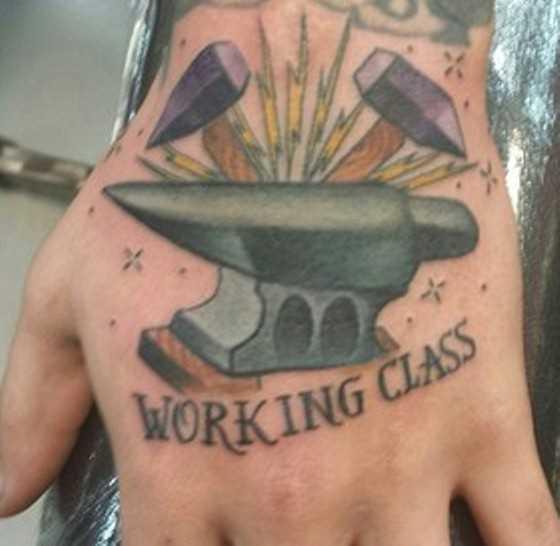 A tatuagem do cara na escova - dois martelos e inscrição