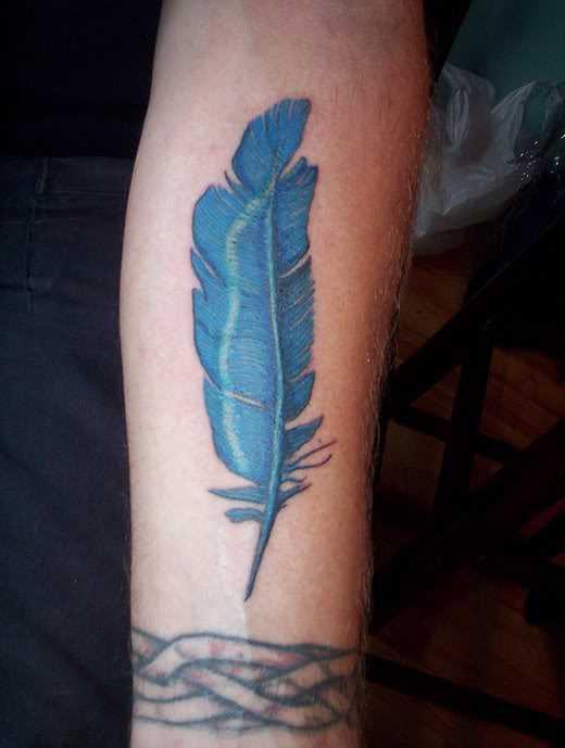 A tatuagem do cara no antebraço - caneta azul