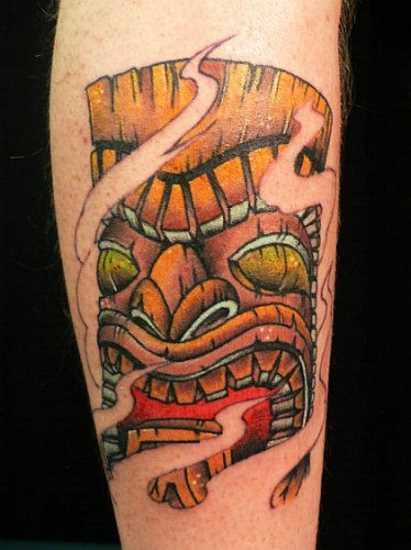 A tatuagem do cara no antebraço em forma de máscara