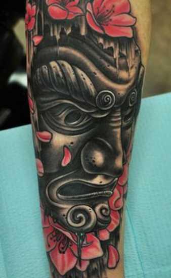 A tatuagem do cara no antebraço - ímpios máscara e sakura