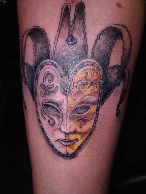 A tatuagem do cara no antebraço - máscara