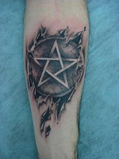 A tatuagem do cara no antebraço - pentagrama
