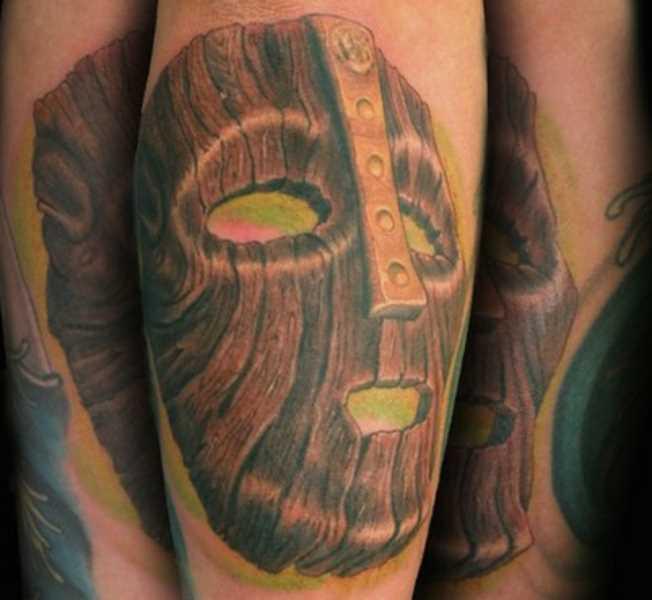 A tatuagem do cara no antebraço - se de uma máscara de madeira