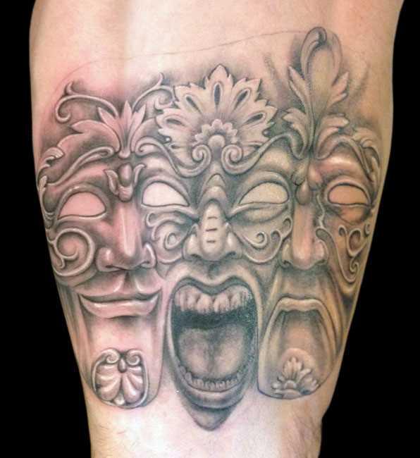 A tatuagem do cara no antebraço - três máscaras